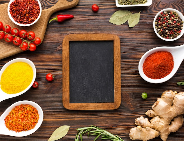 Mezcla de especias en polvo e ingredientes en la mesa
