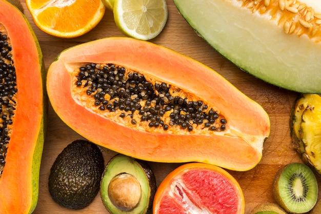 Mezcla exótica de frutas a medio cortar