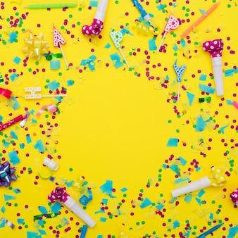 Mezcla festiva de artículos de fiesta y confeti.