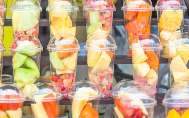 Mezcla fresca de fruta en copas preparada para menú mezclado.