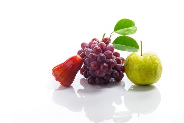 Mezcla de frutas en acrílico blanco.