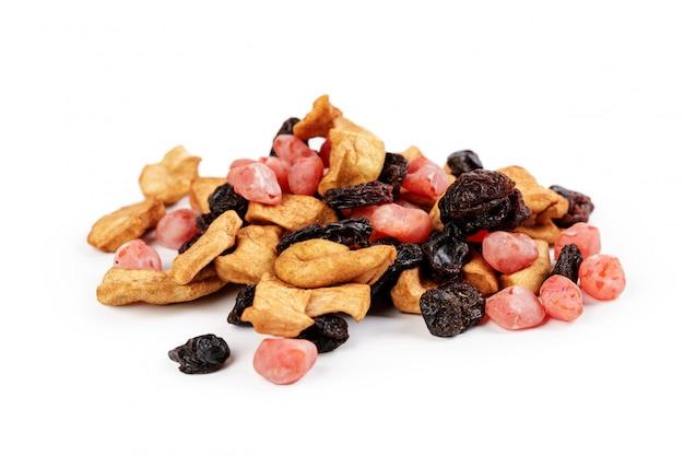 Mezcla de frutas confitadas y nueces aisladas sobre fondo blanco