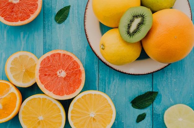 Mezcla de frutas frescas orgánicas en la mesa