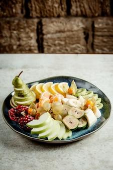 Mezcla de frutas en rodajas en un plato