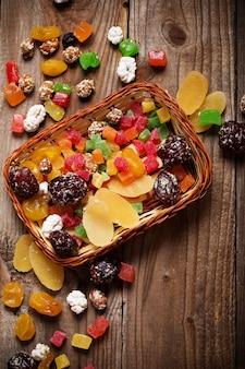Mezcla de frutas secas sobre fondo de madera
