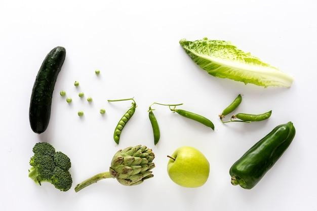 Mezcla de frutas y verduras en color verde.
