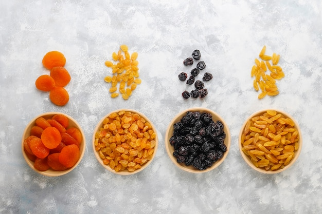 Mezcla de frutos secos, albaricoques, uvas, ciruelas a la luz