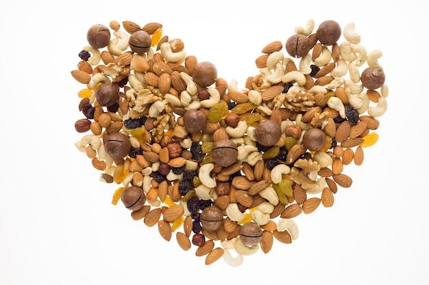 Mezcla de frutos secos y frutos secos en forma de corazón