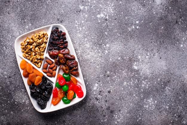 Mezcla de frutos secos y nueces en placa.