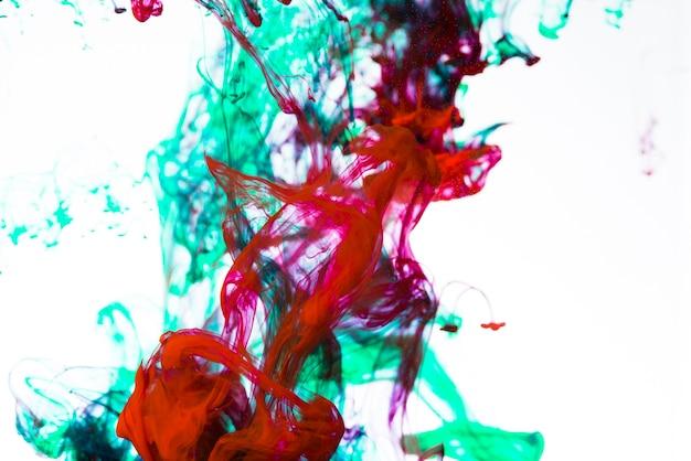 Mezcla de gotas de tinta brillante en blanco