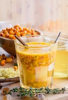 Mezcla de jengibre y miel de espino amarillo en vidrio