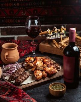 Mezcla de kebab y botella de vino tinto