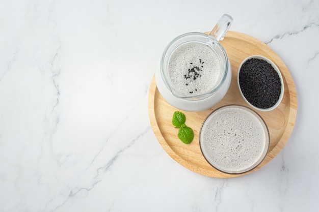 Mezcla de leche de soja sésamo negro sobre fondo de mármol