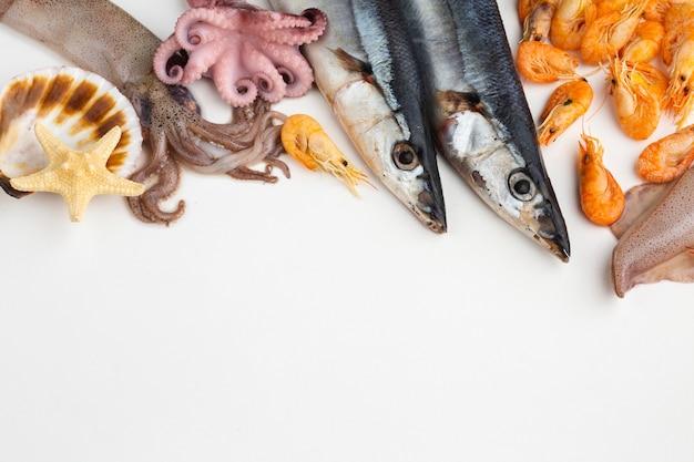 Mezcla de mariscos frescos y deliciosos en la mesa