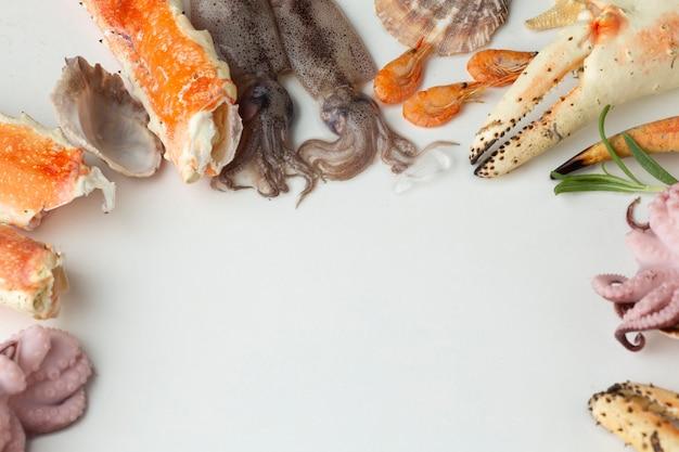 Mezcla de mariscos frescos en la mesa