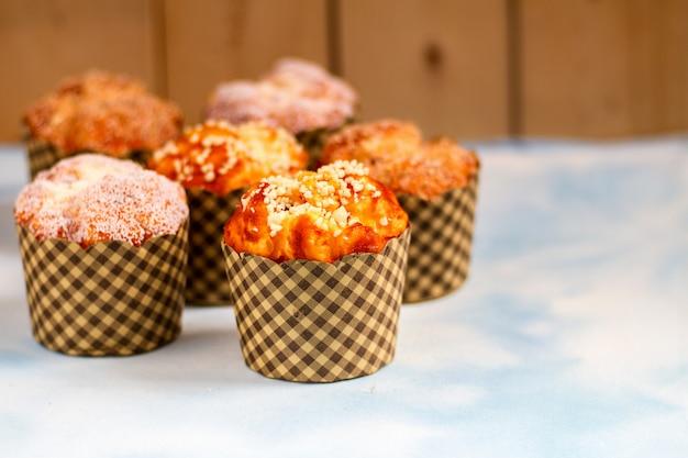 Mezcla muffins en la mesa