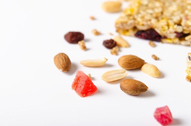 Mezcla de nueces, frutas secas, pasas sobre fondo blanco