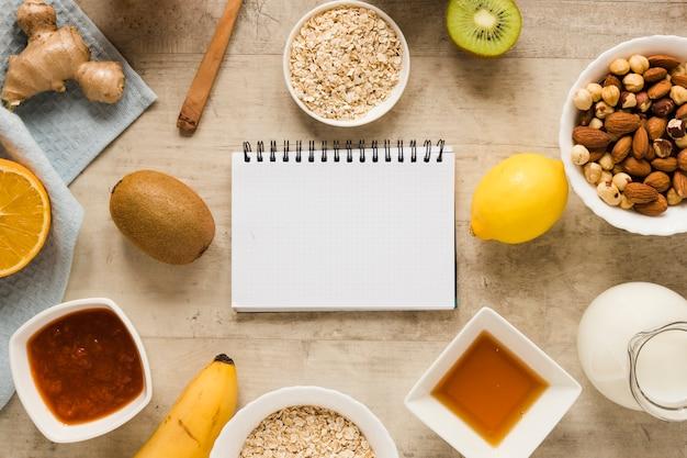 Mezcla de nueces planas con frutas y avena y cuaderno