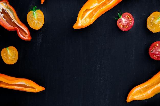 Mezcla de pimientos medio rojos y amarillos y tomates cherry