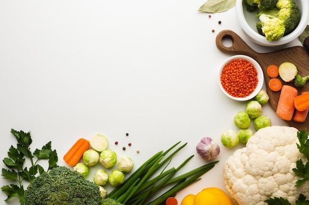 Mezcla plana de verduras con espacio de copia