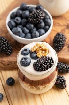 Mezcla de primer plano de yogurt con bayas y avena