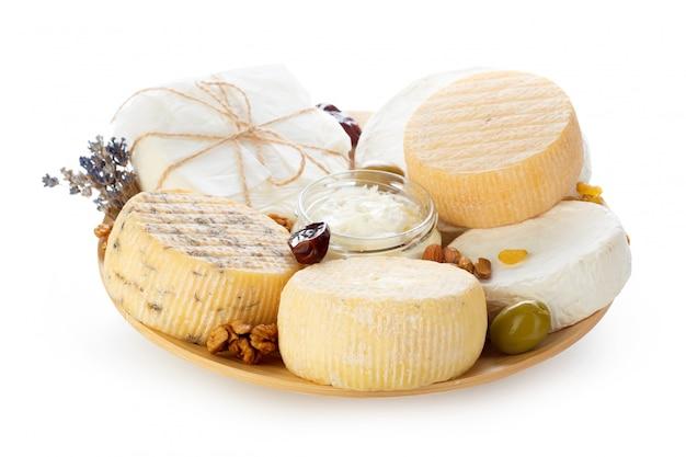Mezcla de queso aislado en blanco