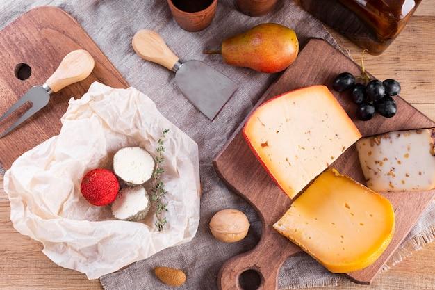 Mezcla de queso duro en la mesa