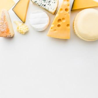 Mezcla de queso gourmet plana con espacio de copia