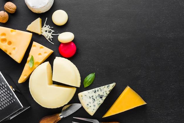 Mezcla de queso plano y utensilios con espacio de copia