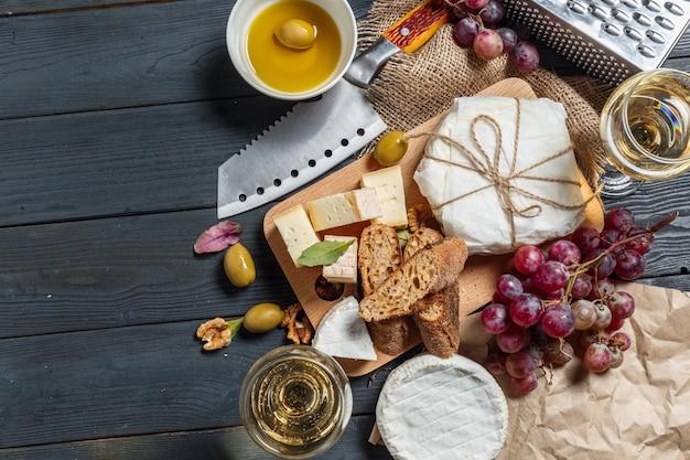 Mezcla queso sobre la mesa