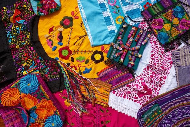 Mezcla de recuerdos de artesanías mexicanas mayas.
