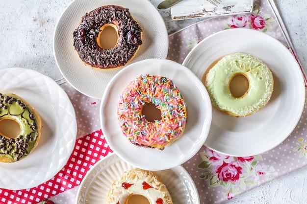 Mezcla de rosquillas dulces multicolores con chispas de colores