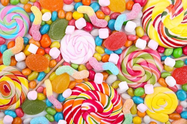 Mezcla surtida de varios caramelos y gelatinas.