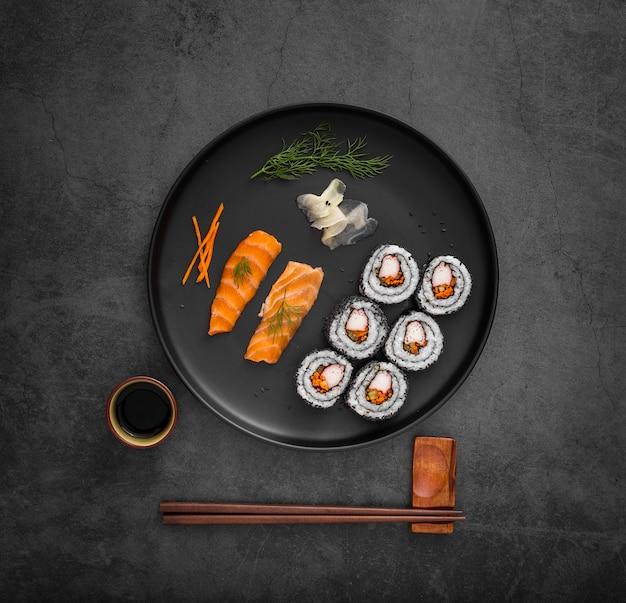 Mezcla de sushi con salsa de soja y palillos.