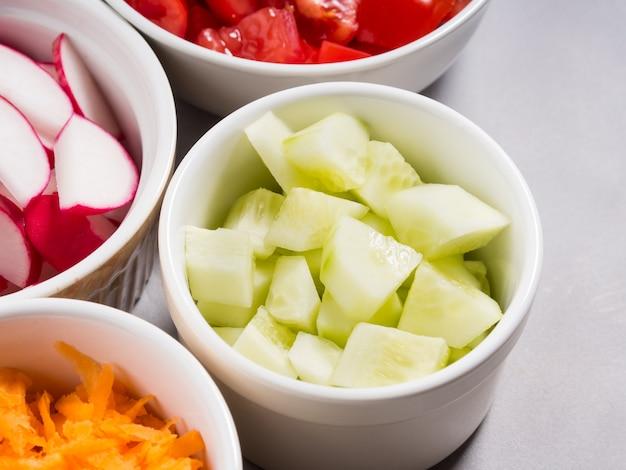 Mezcla de tazones de verduras para ensaladas o bocadillos. concepto de desintoxicación de la dieta. cocinar con pepinos