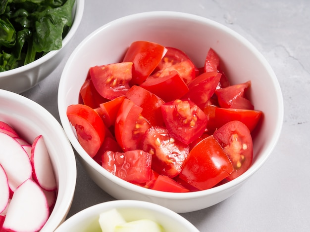 Mezcla de tazones de verduras para ensaladas o bocadillos. concepto de desintoxicación de la dieta. cocinar con tomates
