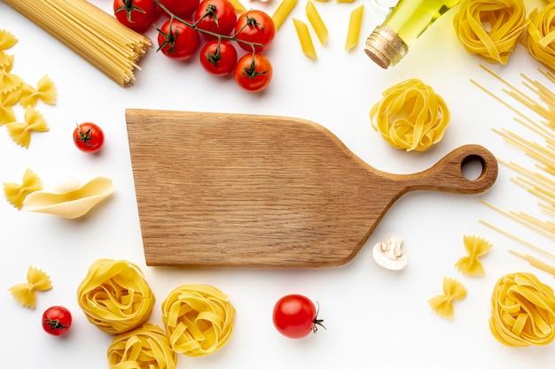 Mezcla de tomates crudos y pasta para cortar.
