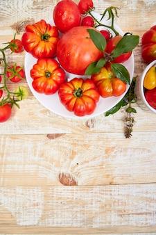 Mezcla de tomates de fondo. hermosos jugosos tomates rojos orgánicos