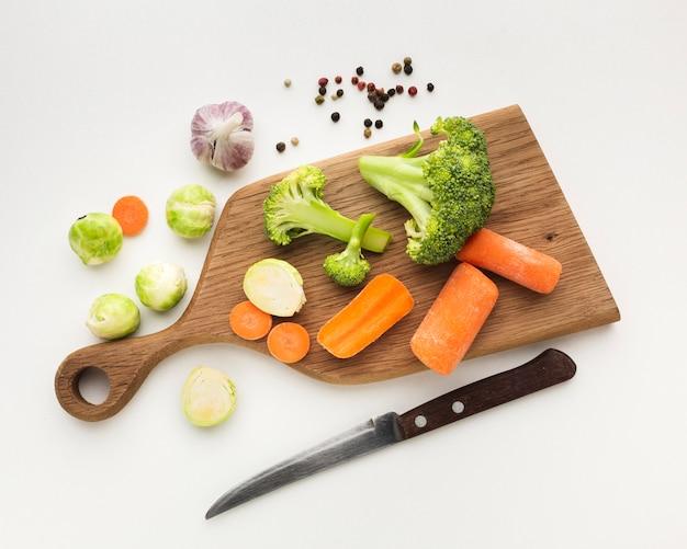 Mezcla de verduras de ángulo alto en tabla de cortar con espacio de copia