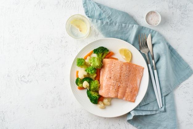 Mezcla de verduras hervidas y salmón.