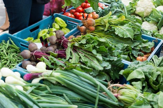 Mezcla de verduras en el mercado de agricultores