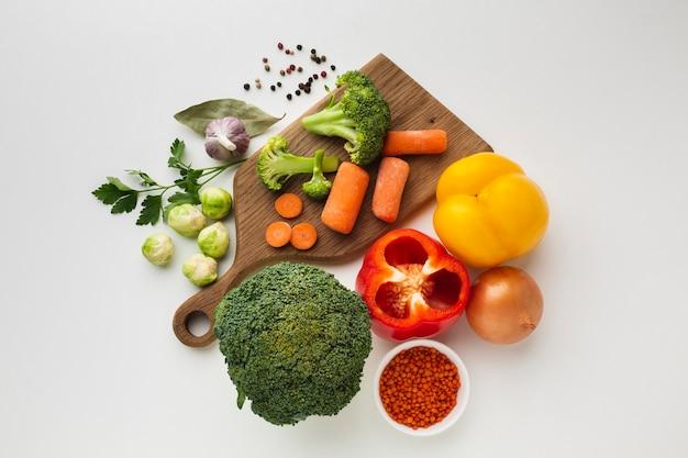 Mezcla de verduras planas en tabla de cortar