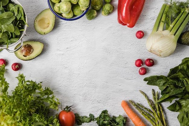 Una mezcla de verduras de temporada dispuestas sobre un fondo blanco.