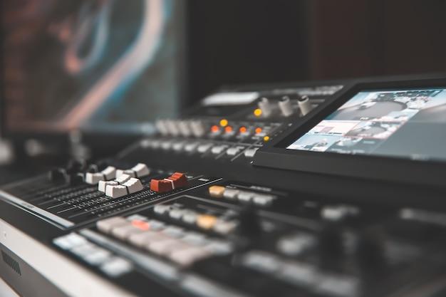 Mezclador de audio en estudio para vidas, los medios y el concepto de sonido.