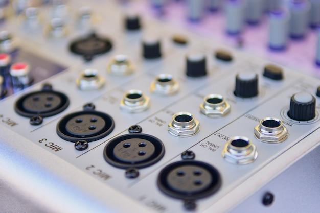 Mezclador audio del primer, fondo del amplificador del regulador de volumen en el estudio.