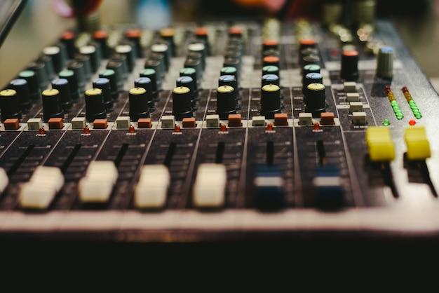 Mezclador de audio usado por un dj
