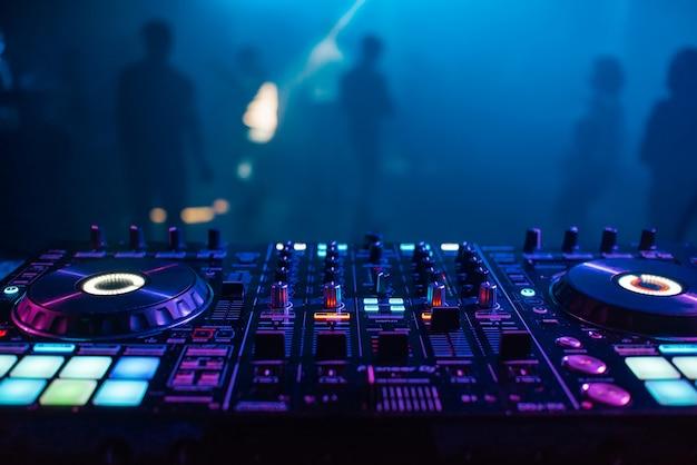 Mezclador de dj en el fondo de la mesa del club nocturno