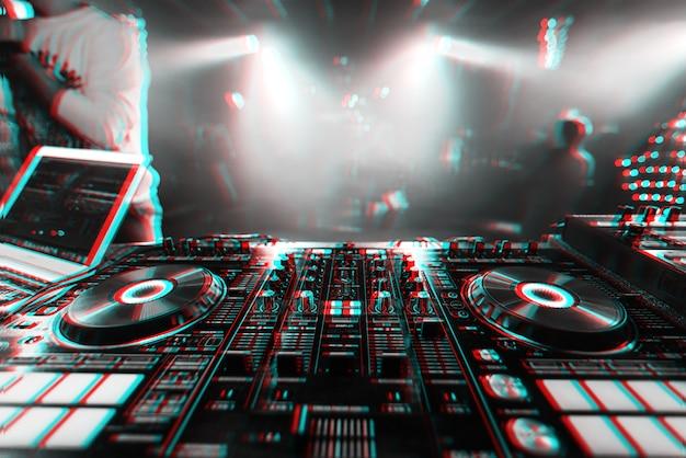 Mezclador de música dj profesional en una fiesta en un concierto de música electrónica.