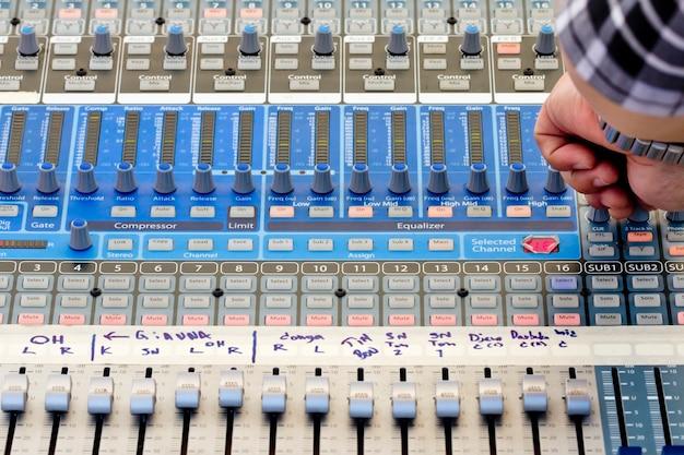 Mezclador de sonido de audio en concierto