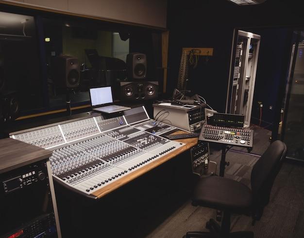 Mezclador de sonido en un estudio